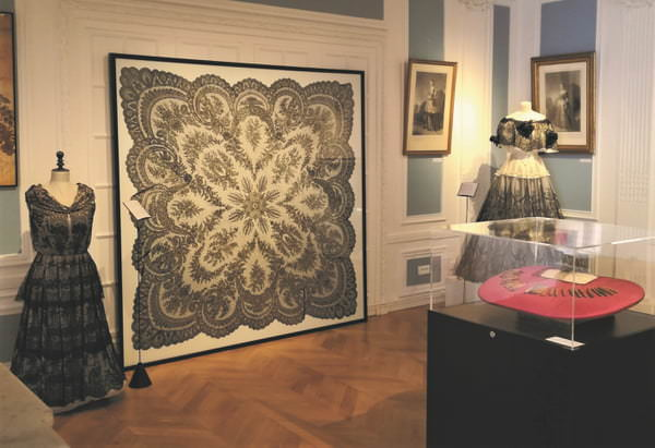 Chantilly lace, from ancestral crafts to wedding dresses