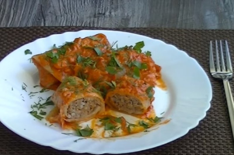 how to cook cabbage rolls in sauce