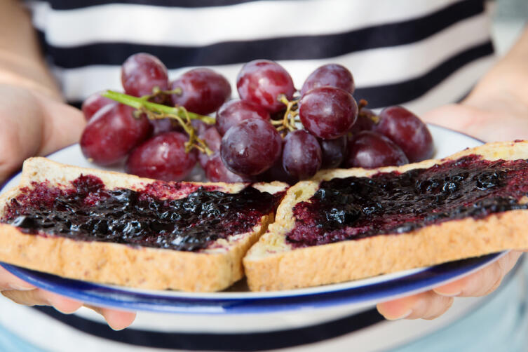 What delicious and healthy treats can be made from grapes?