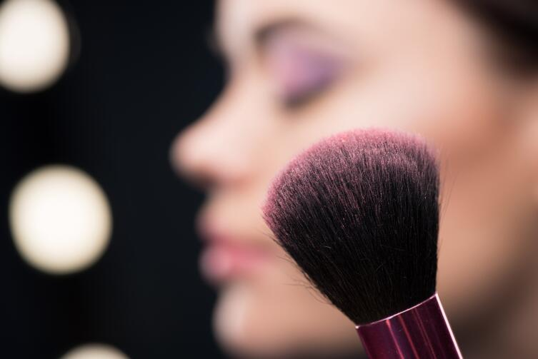 How to apply makeup to hide the signs of fatigue on your face?